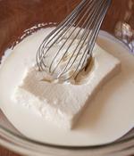 <b>豆腐をくずしながら混ぜ、凍らせる</b> ボールに豆腐、残りのアイスの材料をすべて加え、豆腐を泡立て器でくずしながら、全体がなじむまでよく混ぜ合わせる。バットに流し入れ、ラップをかけて冷凍庫で2時間ほど凍らせる。
