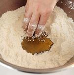 <b>生地を作る</b> ボールに、薄力粉、ベーキングパウダー、砂糖、塩を入れてよく混ぜる。中央をあけてごま油を流し入れ、手でまわりの粉をくずすように混ぜる。同様に中央をあけて牛乳を加え、なめらかになるまで練り混ぜる。