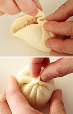 生地の留めた部分をつまんだまま、片側ずつ中心に向かって細かくひだをとる(写真上)。最後は親指と人さし指でつまんで、口をしっかりと閉じる(写真下)。残りも同様に包む。包んだものは乾いたふきんをかぶせ、乾燥を防ぐ。