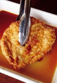 【3】が熱いうちに南蛮だれをからめ、食べやすく切る(南蛮だれはとっておく)。器にキャベツを広げてチキンをのせ、残った南蛮だれ、タルタルソース各適宜をかける。トマト、パセリを添える。