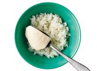 <strong>ご飯に豆腐をのせ、仕上げる。</strong> 茶碗にご飯を盛り、豆腐をのせる。ザーサイ、ねぎを散らし、白ごまをふる。温泉卵をのせ、しょうゆ適宜をかける。