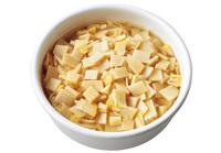 <strong>だしびたしストックをご飯に混ぜる</strong> だしびたしストック1/5量の汁けをかるくきり、温かいご飯に加えてさっくりと混ぜる。 (140kcal、塩分0.5g)