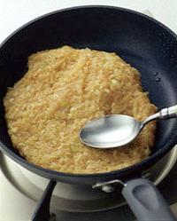 直径20cmほどのフライパンにサラダ油少々を中火で熱し、【1】を入れて大きめのスプーンで広げ、白いりごまと黒いりごまを全体に散らす。弱めの中火にして3~4分焼き、皿をかぶせてフライパンごとひっくり返し、一度皿にのせる。そのまますべらすようにしてフライパンに戻し、弱火にしてさらに2~3分焼く。粗熱が取れたら8等分に切って器に盛り、七味唐辛子適宜を添える。   ☆ポイント たねは厚みが均一になるようにしながら、スプーンでフライパンの端までしっかりと広げると、きれいな円形に仕上がります。