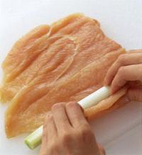 貝割れ菜は根元を切り、食べやすく切る。鶏肉は厚みを均一にし、塩、こしょう各少々をふり、5分ほどおく。鶏肉を縦長に置いて手前にねぎをのせて巻き、巻き終わりをつま楊枝で縫うようにして留める。Aを混ぜ合わせる。  ☆ポイント ねぎを巻くときは、鶏肉の繊維が横になるようにまな板に置いて。そして手前から、ねぎをしっかり包むようにして巻いていきます。