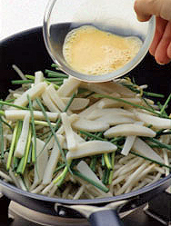 溶き卵を中央に流し入れてすぐに裏返し、フライパンの端からごま油小さじ2を流し入れる。焼き色がついたら、もう一度裏返して焼き、焼き色をつける。取り出して食べやすく切って器に盛り、めんつゆ、酢各小さじ2、ラー油少々を混ぜたたれにつけていただく。  ☆ポイント 溶き卵は中央に流し入れて。すぐにフライ返し2本を底に差し入れて、ひっくり返します。