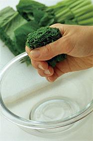 小松菜は葉と茎に切り分け、長さ3~4cmに切って下記の要領で水けをきる。厚揚げはざるにのせ、熱湯を両面に回しかけて水けをきり、8等分に切る。  ☆ポイント 小松菜は洗って切ってから、縦にして手でかるく絞ると、よく水けがきれ、炒めたとき、べたつきにくくなります。