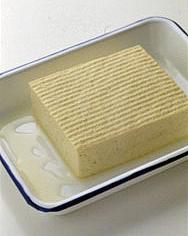 豆腐はバットにのせ、20分ほどおいて水けをきる。横に6等分に切り、ペーパータオルで水けを押さえ、塩、こしょう各少々をふる。豚肉は全体に塩小さじ1/3、こしょう少々をふり、縦長に広げて並べる。茶こしを通して表面に薄く小麦粉をふり、手前に豆腐を1切れずつのせて巻く。小麦粉、溶き卵、パン粉の順にころもをつける。  ☆ポイント 水きりする場合は豆腐をバットなどにのせ、20分ほどおきます。自然に出た水けをきり、ペーパータオルでかるく水けを押さえてから使います。