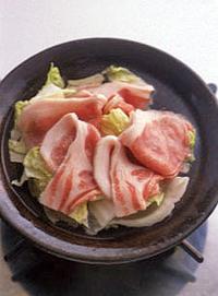 土鍋(なければ鍋)に水4カップ、酒大さじ3、白菜、豚肉を入れて強火にかける。煮立ったらアクを取り、弱火にしてふたをし、10分ほど煮る。  ☆ポイント 先に白菜と豚肉を煮込むことで、だしいらずでおいしいつゆがとれます。白菜もくたくたに柔らかくなって、たっぷりと食べられます。