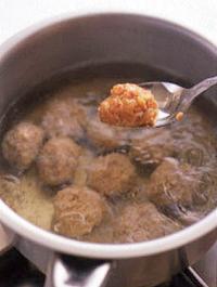 ボールにひき肉を入れて練り混ぜ、Aを順に加えてそのつどよく混ぜ、大きめの一口大に丸める。鍋に湯4カップを沸かし、丸めたたねを入れる。煮立ったら弱火にしてアクを取り、ふたをして10分ほど煮る。わけぎは幅7mmの斜め切りにする。  ☆ポイント 鶏だんごのたねは、スプーンで静かに落とし入れます。ゆで汁は塩を加えて、そのまま、うまみいっぱいのつゆとしていただきます。