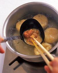 【1】の鍋にみそ大さじ2を溶き入れ、こしょう少々をふって味をととのえる。そばの器に等分に加え、しらがねぎをのせる。  ☆ポイント 風味豊かなみそが、そばの香りを引き立てます。つゆまで全部おいしくいただくために、やや薄めの味つけにするのがコツ。