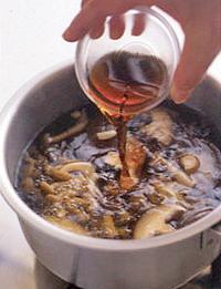 【1】の鍋に黒酢と、しょうゆ大さじ1/2、塩、こしょう各小さじ1/2を加えて混ぜる。片栗粉大さじ1を水大さじ2で溶いて加えてとろみをつけ、ごま油大さじ1を入れて混ぜる。そうめんの器に等分に加える。   ☆ポイント まろやかな酸味の黒酢を、しょうゆやごま油など、おなじみの調味料と組み合わせるだけで本格的なおいしさに。こしょうをぴりりときかせます。