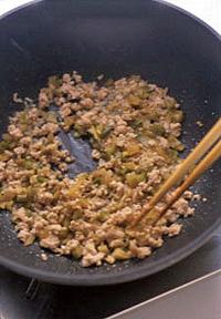 フライパンにサラダ油大さじ1を中火で熱し、ひき肉を炒める。ぱらりとしたらしょうがと、酒大さじ1を加えて炒め、ザーサイも加えて炒め合わせる。水4カップ、つぶした黒こしょうを入れ、煮立ったら弱火にしてふたをし、5~6分煮る。塩少々を加えて、味をととのえる。   ☆ポイント ひき肉とザーサイは炒めてから煮出して、うまみを充分に引き出します。つるりとコシのある中華麺と、からみやすいのも魅力です。