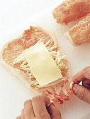 チーズは半分に切る。好みの葉野菜は食べやすくちぎる。プチトマトはへたを取る。豚肉は2枚一組にして少し重なるようにまな板に縦に並べ、塩、こしょう各少々をふる。肉にもやしを1/4量ずつ、チーズを1切れずつのせて手前からくるくると巻き、表面に小麦粉を薄くまぶす。
