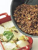 玉ねぎとにんにくはみじん切りにする。同じフライパンにサラダ油小さじ2を中火で熱し、ひき肉をほぐしながら炒める。肉の色が変わったら、玉ねぎとにんにくを加え、玉ねぎがしんなりするまで炒める。塩小さじ1/2、こしょう少々、トマトケチャップ大さじ2を加えて、【1】の白菜の上に広げる。