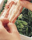 ほうれん草をボールに入れ、マヨネーズ大さじ2と塩、こしょう各少々を加えてあえる。耐熱の器(浅めのもの)にほうれん草を薄く敷き、豚肉を少しずつ重ねながら、全体に広げるように並べる。温めたオーブントースターに入れ、豚肉がカリッと色よく焼けるまで、様子をみながら10~12分焼く。