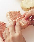 じゃがいもはよく洗って水けを拭かずに耐熱のポリ袋に入れ、電子レンジ(600W)で4分ほど、竹串がすーっと通るくらいまで加熱する。粗熱が取れたら皮つきのまま一個を4つの輪切りにする。豚肉は両面に塩、粗びき黒こしょう各少々をふり、長さを半分に切る。じゃがいもに豚肉を1切れずつ巻く。