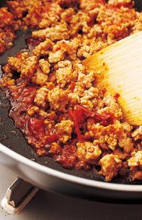 フライパンにサラダ油大さじ1を中火で熱し、ひき肉、にんにく、豆板醤を入れて、木べらでほぐしながら2~3分炒める。肉の色が変わったら、【1】のたれを回し入れ、汁けがほとんどなくなるまで2~3分炒める。塩、こしょう各少々を加え、さっと混ぜ合わせて火を止める。