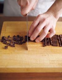 チョコレートは5mm角に刻む。ボールに卵液の材料を入れ、泡立て器でよく混ぜる。