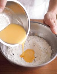【2】の中央にくぼみを作り、【1】の卵液を流し入れる。