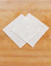 シュウマイの皮1枚を角が上下左右になるように置く。その上にもう1枚の皮を、2/3くらい重ねて、同様にのせる。重ねた下の皮に水を薄く塗り、2枚をくっつける。同様にして、12組作る。
