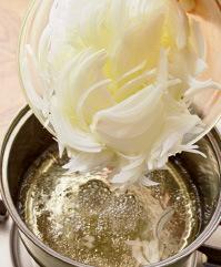酸に強いホーローかステンレス製の鍋に酢を入れ、強火で沸かして玉ねぎを加える。