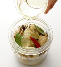 保存容器に【2】のかきと玉ねぎを汁ごと入れ、熱いうちに漬け汁用の材料を加えてかるく混ぜる。サラダ油をかぶるくらいまで注ぎ、粗熱が取れたらふたをして、冷蔵庫で保存する。3日目くらいから食べられる。