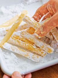フライパンにサラダ油を高さ2㎝くらいまで入れ、中温(170~180℃。乾いた菜箸の先を底に当てると、細かい泡がシュワシュワッとまっすぐ出る程度。)に熱する。【1】のバットに小麦粉大さじ3を加えて練り混ぜ、さらに片栗粉適宜をまぶして余分な粉をはたき落とす。ころもをつけたものからフライパンに入れて2分ほど揚げ、くっついているところをはがしながら2~3分揚げる。強火にしてさらに1~2分揚げ、油をきって器に盛る。