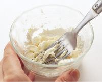 下記を参照してバター、小麦粉各大さじ1と1/2でブールマニエを作る。【3】のフライパンに牛乳を注ぎ、煮立つ直前に火を弱める。ブールマニエを加えて混ぜ、とろみをつける。  ☆とろみをつけるのは「ブールマニエ」 バターと小麦粉を混ぜ合わせた「ブールマニエ」は、仕上げの段階でクリーム煮やシチューにとろみをつけたいときに便利です。バターは小さめのボールに入れて室温に置きます。バターが柔らかくなったら、同量の小麦粉を加え、粉けがなくなるまでフォークで切るように混ぜます。