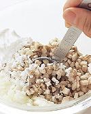 別のボールにひき肉を入れて酒大さじ1、塩、しょうゆ各小さじ1/4、こしょう少々を加え、粘りが出るまでよく練り混ぜる。【1】を加えてさらに混ぜ、4等分して小判形にまとめる。