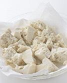 耐熱皿にペーパータオル2枚を敷き、豆腐を粗くちぎって入れ、ラップをせずに電子レンジで2分ほど加熱する。ざるに入れ、木べらでかるく押さえて水けをきり、粗熱を取る。長いもは皮をむき、水に5分ほどさらして水けを拭き、5mm角に切る。にんじんは皮をむき、粗みじんに刻む。コーンは缶汁をきる。