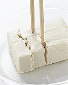 豆腐は菜箸で8等分にする。エリンギは長さを半分に切り、縦半分に切って縦に幅4mmに切る。水菜は長さ5cmに切る。牛肉は大きければちぎる。