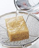 じゃがいもは皮をむき、4つに切って水に2~3分さらし、水けをきる。厚揚げはざるにのせ、熱湯を両面に回しかけて油抜きをする。水けを拭き、縦4等分に切ってから、横に幅1.5cmに切る。手羽先は流水で洗って、水けを拭く。関節のところで先を切り落とし、骨と骨の間に1本切り込みを入れる。切り落とした先もとっておく。