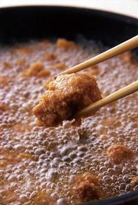 鶏肉の表面が固まったら菜箸で混ぜながら4~5分揚げる。最後は強めの中火にし、高温(※)の状態で揚げてからりとさせる。菜箸で1切れつまんでみて、じわ~っと細かい振動が伝われば、中まで火が通った証拠。油をきって器に盛る。   ※中温(170~180℃) 菜箸の先から、すぐに細かい泡がシュワシュワッと出はじめる状態。  ※高温(185〜190℃) 勢いよく、泡がたくさん出る。中温になってからさらに1~2分中火にかけておくとこの状態に。