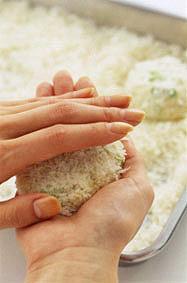 バットに生パン粉1カップ強を広げ、【1】のたねの1/8量をスプーンですくってパン粉の上に落とす。たねの上にもパン粉をのせ、下からパン粉ごとすくい上げるようにして手のひらにのせ、もう片方の手でしっかりと押さえながら、平たい丸形に整える。残りも同様にする。