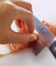 鮭は皮を下にして置き、皮から身をそぐようにして一口大に切り分ける。塩少々をふり、10分ほどおく。菜の花は根元を切り、塩少々を加えた熱湯で2分ほど堅めにゆでる。冷水にとり、水けを絞って長さを半分に切る。