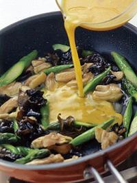 フライパンにサラダ油大さじ1を中火で熱し、鶏肉とアスパラを2~3分炒める。きくらげを加えて炒め、Aをもう一度混ぜて加えて、アスパラが柔らかくなるまで混ぜながら2~3分炒め煮にする。砂糖、塩、こしょう各少々で味をととのえ、最後に溶き卵を回し入れ、菜箸で大きく混ぜながら半熟状になるまで火を通す。