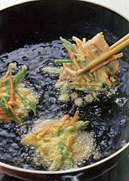 揚げ油を中温(※)に熱し、豚肉を、野菜をのせるようにしながら【2】にくぐらせて入れる。3分ほど、ときどき返しながらからりと揚げ、油をきって器に盛る。塩適宜をふってレモンを添える。   ☆ポイント にんじんときぬさやは、あらかじめころもに混ぜておき、豚肉にのせるようにまとめるときれいに仕上がります。揚げ油に入れたら、そのまましばらく火を通し、表面が固まってから裏返すようにします。  ※中温(170~180℃) 菜箸の先から、すぐに細かい泡がシュワシュワッと出はじめる状態。