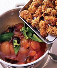 ごま油小さじ1、ピーマン、から揚げを加えて混ぜ、ピーマンが色鮮やかになったら火を止める。