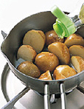 新じゃがを小鍋の底にすきまなく並べ入れ、サラダ油をひたひたに注ぐ。強火にかけ、新じゃがから気泡が出てきたら中火にし、竹串がすーっと通るまで7~8分揚げる。火を少し強め、表面をカリッとさせて取り出し、油をきって熱いうちに塩適宜をふる。好みで粗びき黒こしょう適宜をかけてもよい。