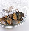 あさりは多めの塩を入れた水の中で、殻と殻をこすり合わせてよく洗い、水けをきる。耐熱のボールに入れ、酒大さじ2をふってふんわりとラップをかけ、あさりの口が開くまで電子レンジ(600W)で3分ほど加熱する。粗熱を取り、殻から身をはずす。蒸し汁もとっておく。