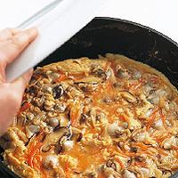 フライパンを拭き、ごま油大さじ1と1/2を入れて中火で充分に熱し、卵液を一度に加える。全体を木べらで混ぜ、半熟状になったら中火のまま2分ほど焼く。まわりが少し固まったら皿をかぶせ、フライパンごとひっくり返して一度皿にのせ、そのまますべらすようにフライパンに戻す。裏側も2分ほど焼いて取り出し、食べやすく切って器に盛る。