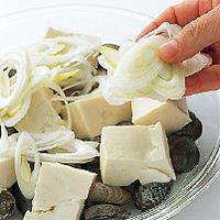 直径約25cmの耐熱皿にあさりを広げる。豆腐をのせてねぎの斜め切りを散らし、塩小さじ1/4、ごま油小さじ1を全体にふる。蒸気の上がった蒸し器に入れ、あさりの口が開きはじめるまで15~20分蒸す。ふきんやミトンなどを使って皿ごと取り出し、全体を混ぜる。器に盛り、たれを好みの量かけていただく。