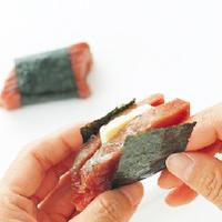 かつおの汁けをかるく拭き、切り込みにチーズをはさむ。のりをぐるりと巻き、天ぷら粉を薄くまぶす。揚げ油を中温(170〜180℃)に熱し、かつおを【1】のころもにくぐらせて入れ、2~3分からりと揚げて、油をきる。器に盛り、好みの葉野菜を添える。