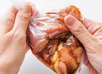 ポリ袋にはちみつしょうゆだれの材料を入れて混ぜ、鶏もも肉を加えて袋の外側からもむ。空気を抜いて口を閉じ、冷蔵庫に一晩置く。
