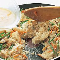 フライパンにごま油大さじ2を中火で熱し、ひき肉とあさりを炒める。肉の色が変わり、ぽろぽろになったら豆腐を加えて炒め合わせる。強めの中火にし、にんじんときぬさやを加える。砂糖小さじ1、しょうゆ大さじ1をふり入れ、2分ほど炒め煮にする。汁けが少なくなってきたら卵の1/2量を回し入れ、全体にからめるように炒める。残りの卵を回し入れ、上下を大きく返しながら卵がふんわりと固まるまで混ぜ合わせる。
