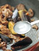 フライパンにサラダ油大さじ1/2を中火で熱して牛肉を炒め、色が変わったら、一度取り出す。同じフライパンにサラダ油大さじ1/2をたして中火で熱し、赤唐辛子をさっと炒める。なすを入れて炒め、少ししんなりとしたら、砂糖大さじ1と1/2をふって混ぜる。酒大さじ1と1/2、みりん大さじ1、しょうゆ大さじ1/2を順に加え、さっと炒める。牛肉を戻し入れ、みそ大さじ1~1と1/2を加えて混ぜる。水大さじ1を加え、全体をなじませるようにしながら炒め、強めの中火にして、フライパンを揺すりながら手早く炒める。