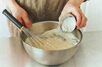 全体がなじんだら薄力粉を加え、なめらかになるまで混ぜる。