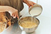 生地を混ぜながら、生クリームを少しずつ加える。型に生地を流し入れる。