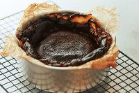 220℃のオーブン(下段〜中段)で約45分、表面が焦げ茶色から黒色になるまで焼く。型に入れたままケーキクーラーなどにのせてさまし(※1)、好みのサイズに切り分ける。ラップをし、冷蔵で約4日間、冷凍(※2)で約1カ月間保存可能。  ※1 冷蔵庫で冷やして、生地を好みの堅さに引き締めていただくのも◎。 ※2 食べる際は冷蔵庫で自然解凍してください。