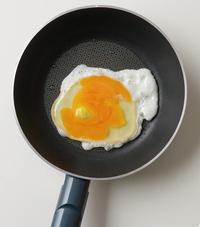 直径約15cmのフライパンにサラダ油小さじ1を中火で熱し、卵を割り入れる。白身が少し固まったら木べらの先で黄身をつぶす。